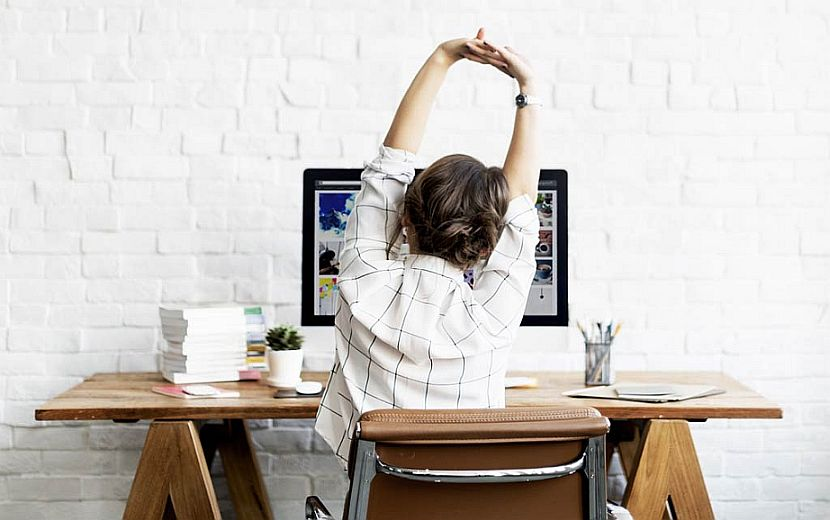 Le yoga improvisé au bureau, un anti-stress efficace